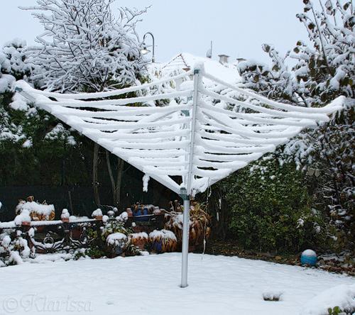 Schnee an der Wäscheleine...